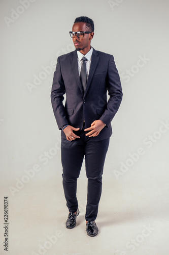 Fotomural  portrait african businessman american man in stylish suit wear glasses studio sh