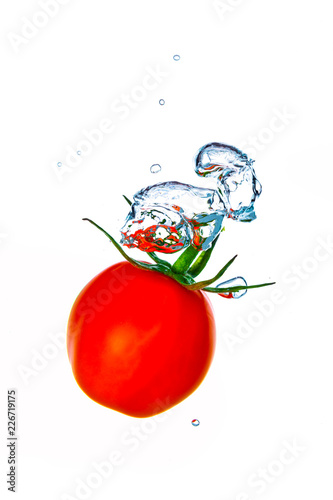 Photo Cherry tomato splash with air bubbles