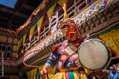 Fotografía  Bhutan Monk dancing for colorful mask dance at yearly Paro Tsechu festival in Bh