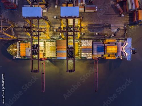 Plakat Statki towarowe wyładowują ładunek w kontenerze na port./ widok z góry
