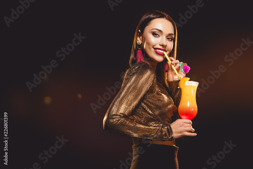 beautiful glamorous girl drinking alcohol cocktail on black Fototapet