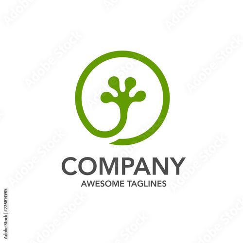 Fototapeta premium kreatywny wektor logo koło gekona, wektor logo koło zielonego gekona lub noga jaszczurki