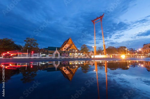 Photo  The Giant Swing and Suthat Temple at Twilight Time, in Bangkok Thailand