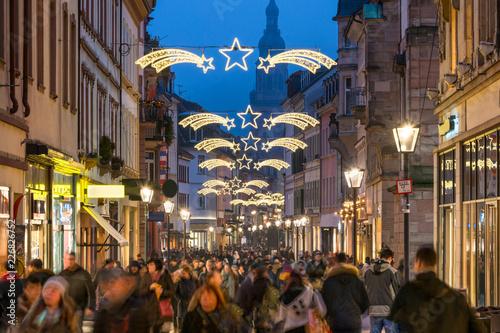 Menschenmassen während dem Weihnachtsgeschäft auf einer Einkaufsstraße, Heidelbe Canvas Print