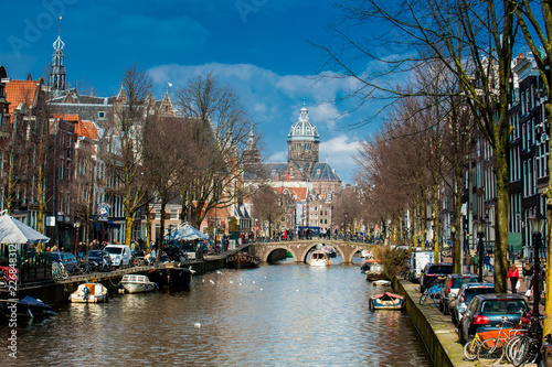 Photo Canals, boats and beautiful architecture at the Old Central district in Amsterda