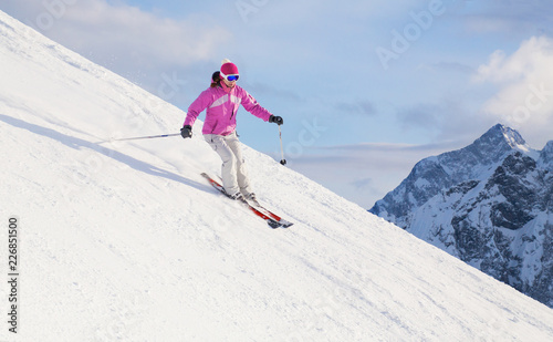 Photo woman skiing  in the mountains