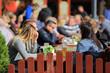 Ludzie przy stolikach w restauracji.