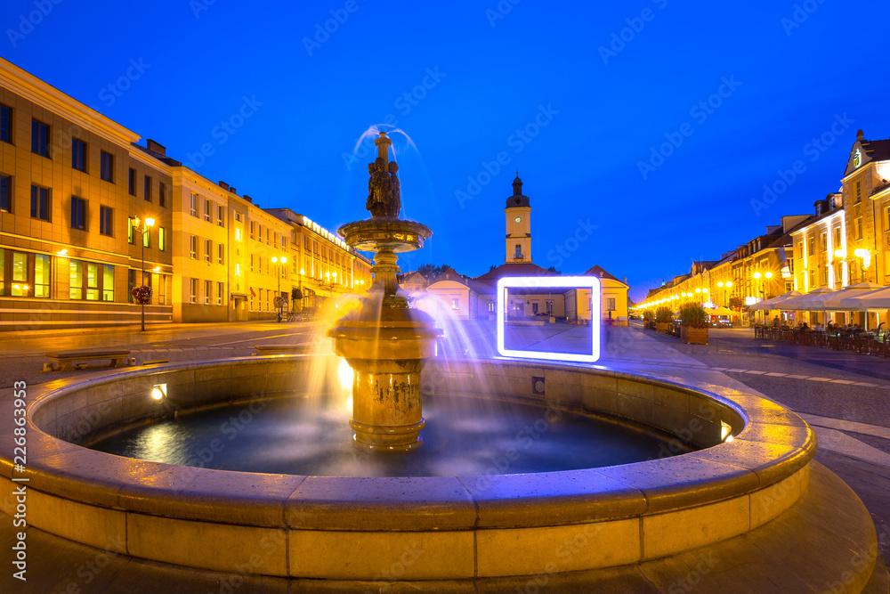Fototapety, obrazy: Fontanna na głównym placu w Białymstoku nocą, Polska
