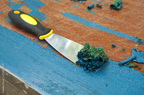 Cuadros en Lienzo renovation furniture - removing blue painting with spatula
