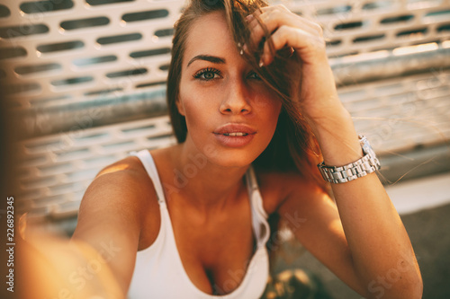 Photo Young woman making selfie on the street