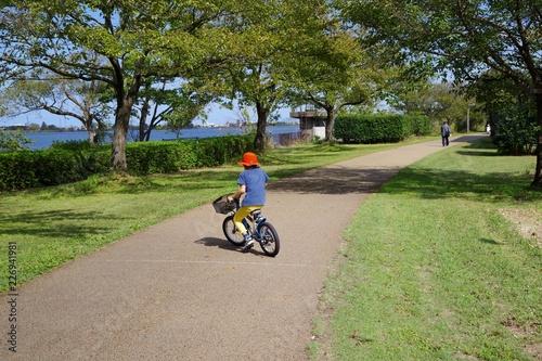 公園で自転車に乗る子供