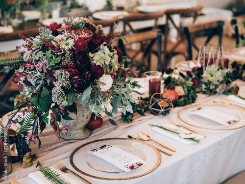 Obraz Perfect wedding decoration. Flower table decorations for wedding party. Wedding Setup. - fototapety do salonu