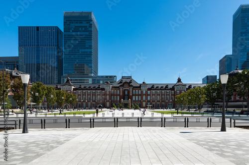 Photo (東京都-都市風景)行幸通遊歩道から見る晩夏の東京駅風景2