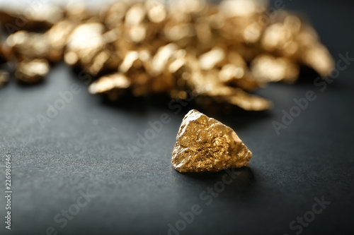 Photo Gold nugget on black background