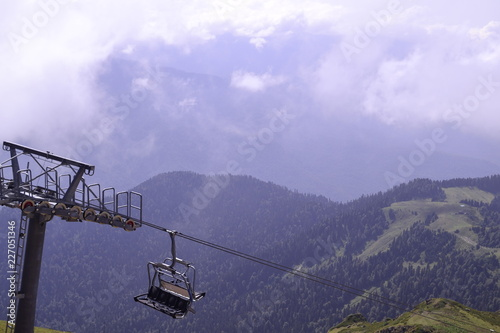 Tuinposter Purper cable car in mountains
