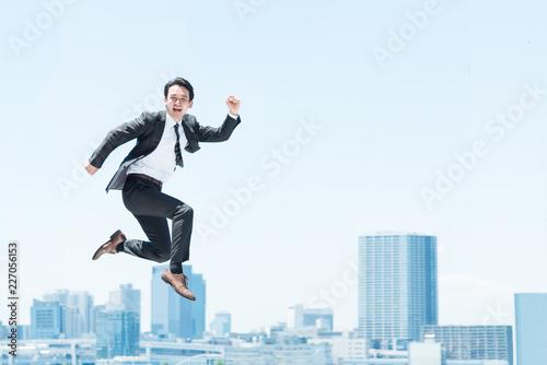 Fotografia  勢い良くジャンプする男性(ビジネスイメージ)