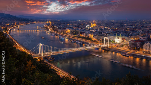 Poster de jardin Europe Méditérranéenne Budapest, Hungary - Aerial panoramic skyline of Budapest at sunset. This view includes Elisabeth Bridge (Erzsebet Hid), Szechenyi Chain Bridge, Parliament, St. Stephen's Basilica and other landmarks