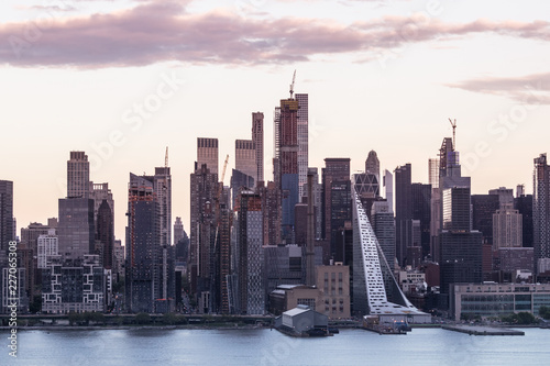 Keuken foto achterwand New York City New York City midtown Manhattan sunset skyline panorama view from Boulevard East Old Glory Park over Hudson River.