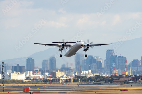 Tablou Canvas Bombardier DHC-8-Q400(Dash 8) taking off