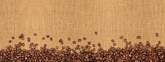 Kaffee jute hintergrund kaffeebohnen  auf Naturfaser textur / coffee beans on...