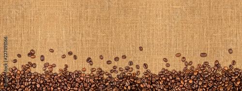 Kawowego jutowego tła kawowe fasole na naturalnym burlap tekstury tle