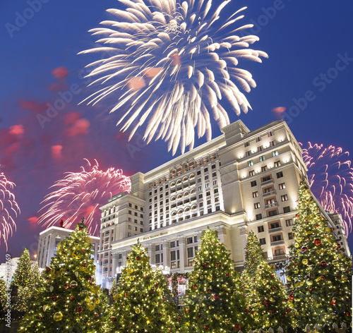 Fotografía  Fireworks over the Christmas and New Year holidays illumination and Four Seasons Hotel at night