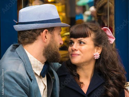 Jeune couple amoureux en terrasse Canvas Print