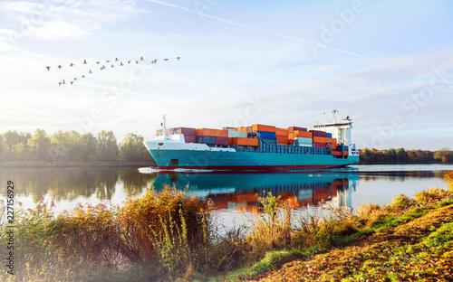 Foto Sonnenaufgang im Herbst am Nord-Ostsee-Kanal in Schleswig-Holstein, Containersch