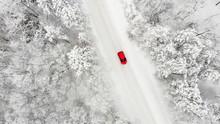 Rotes Auto Auf Einer Schneebed...