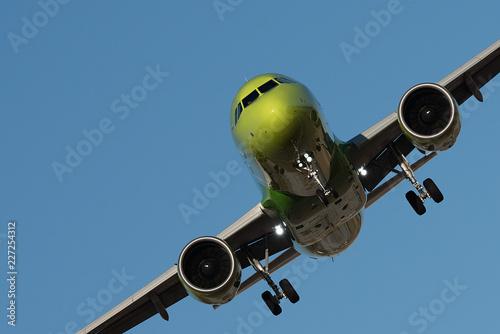 In de dag Ballon Large passenger plane flying in the blue sky