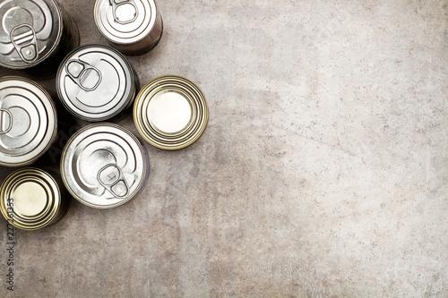 Foto Botes de conserva de comida sobre fondo gris rústico