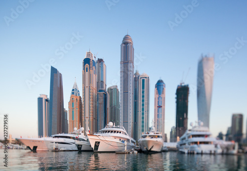 Photo Skyline of Dubai marina from boat at sunset, shoot with tilt and shift lense