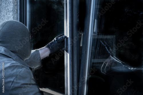 Fényképezés  Einbrecher findet gekipptes Fenster