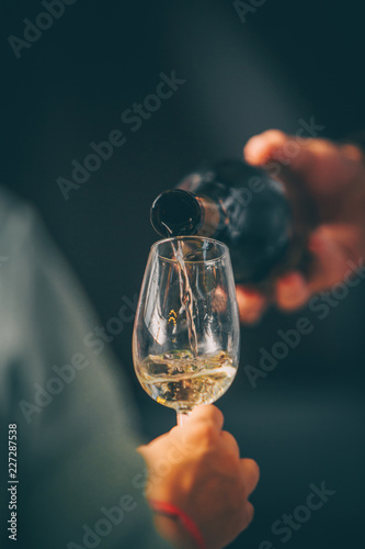 Fotografia White wine glass - Front view in wine market - close up tasting