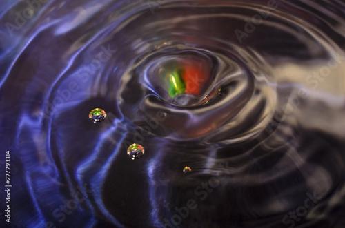 Капли воды в лучах радуги