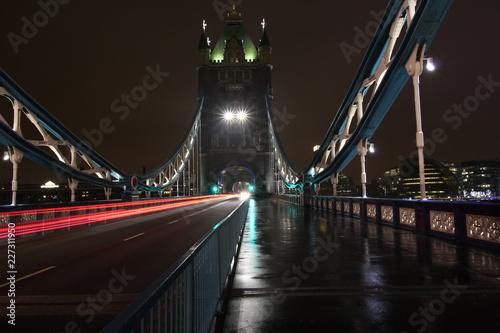 Fototapeta Basztowy most w Londyn podczas chmurnego zima wieczór. Długa ekspozycja