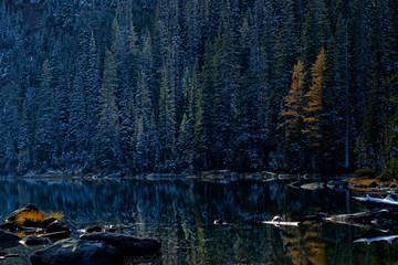 Fototapeta Krajobraz Fall colors reflect in an alpine lake