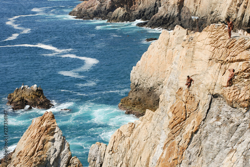 Fototapeta waiting to dive into the sea from the la quebrada cliffs of acapulco
