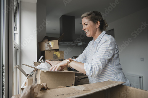Fotografia  Unpacking Boxes in Her New Home