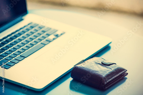 Fotografía  photo of the notebook and wallet on a table. Side view
