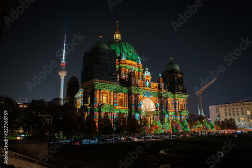 In de dag Centraal Europa Illuminated landmark ( Berlin Cathedral / Berliner Dom) at night