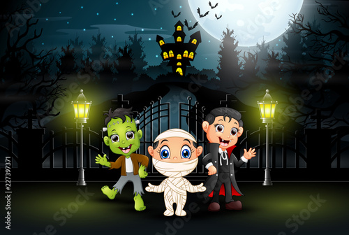Photo  Happy kids wearing halloween costume outdoors at night