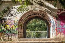 Steinerner Torbogen Mit Graffiti