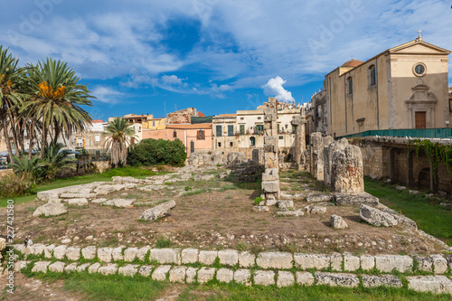 Foto op Aluminium Oude gebouw Temple of Apollo. One of the most important ancient Greek monuments on Ortygia, in front of the Piazza Pancali in Syracuse, Sicily, Italy.