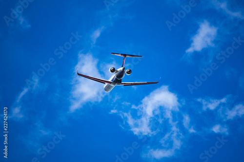 離陸上昇するジェット旅客機 Fototapet