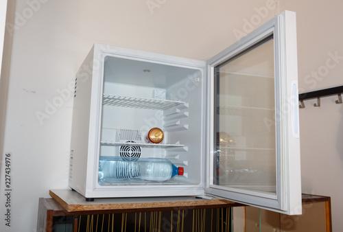 Canette et bouteille d'eau dans un mini réfrigérateur