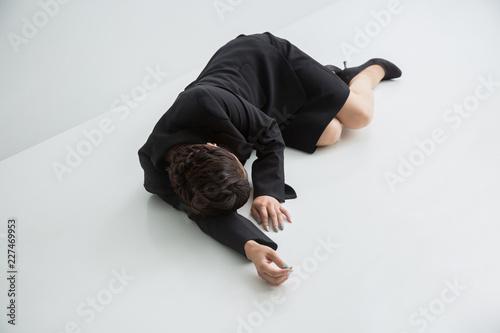 Fototapeta 倒れる女性