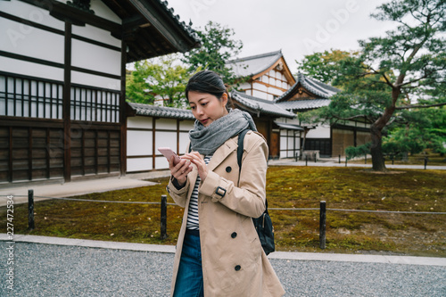 travel tourist visiting the temple in Kyoto Tableau sur Toile