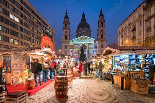 Obraz premium Jarmark bożonarodzeniowy na placu św. Szczepana w Budapeszcie na Węgrzech