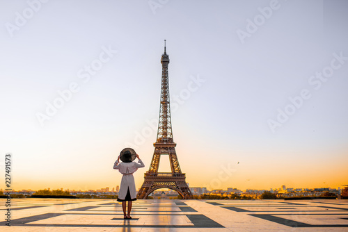 Obraz Famous square with great view on the Eiffel tower and woman standing back enjoying the view in Paris - fototapety do salonu